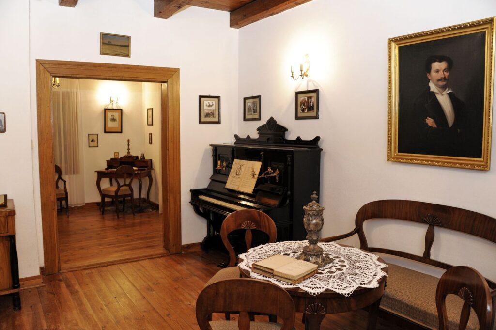 kliknięcie spowoduje powiększenie, wygląd pokoju, stół, pianino, kanapa
