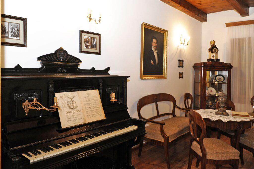 kliknięcie spowoduje powiększenie, ściana pokoju z pianinem