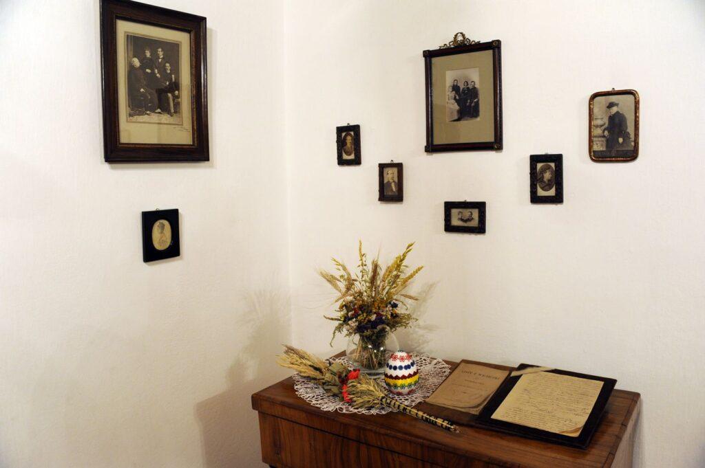 kliknięcie spowoduje powiększenie, biurko z obiektami muzealnymi, palemką i pisanką