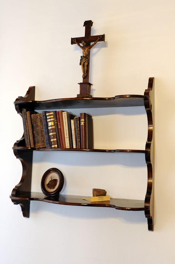 kliknięcie spowoduje powiększenie, półka z krzyżem i książkami