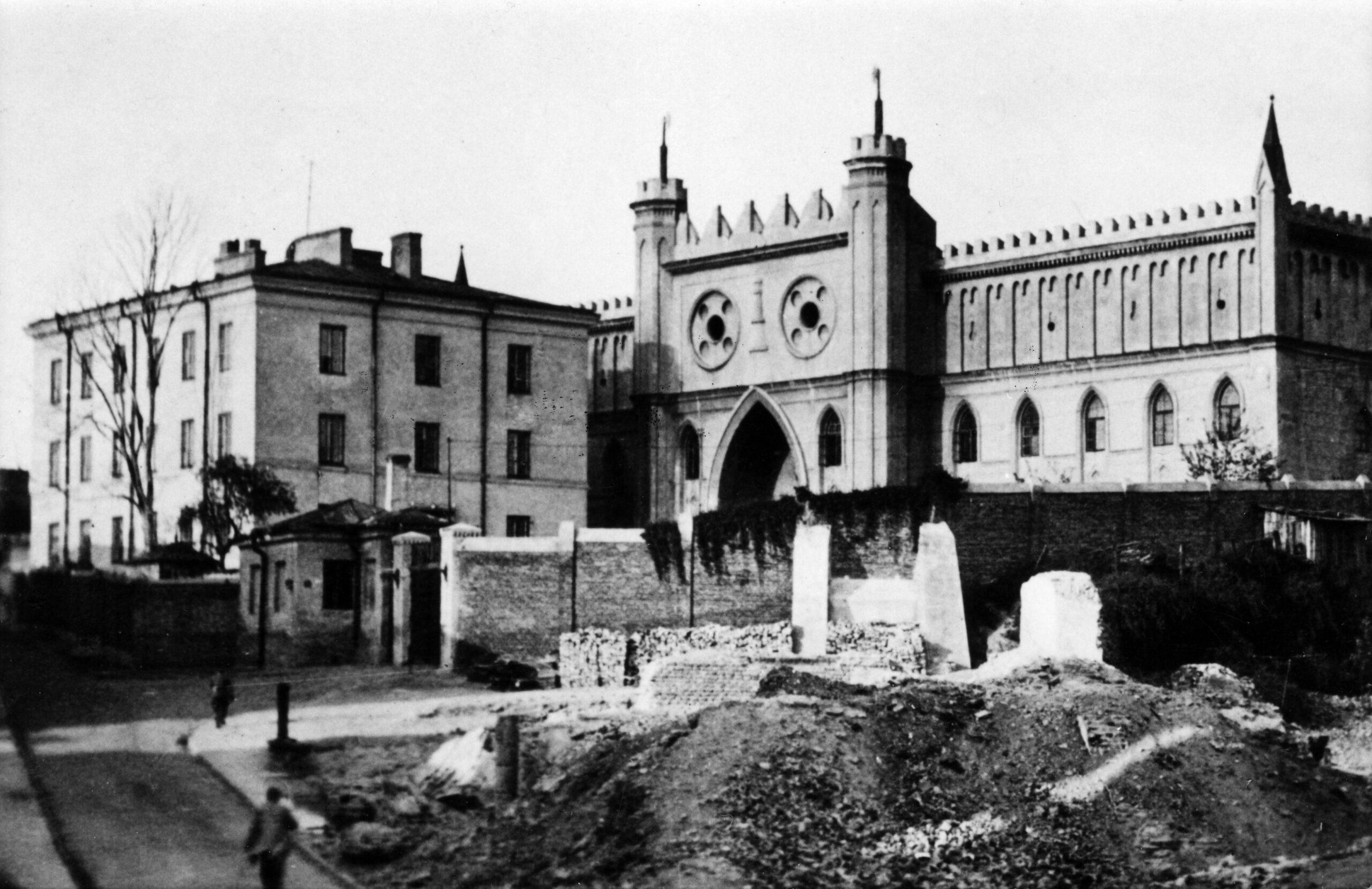 Czarnobiała fotografia z widokiem na Zamek Lubelski od frontu.