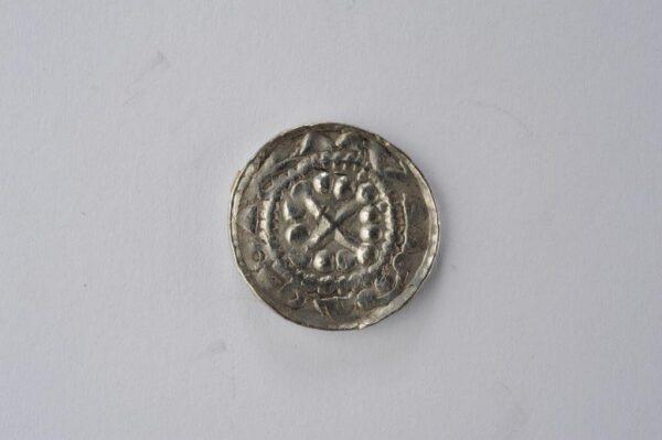 Moneta z wybitym krzyżem perełkowym