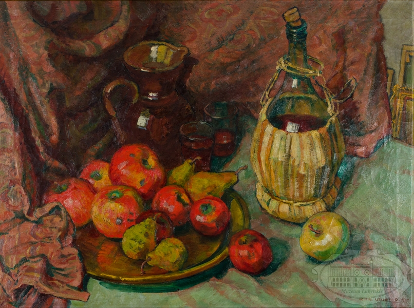Martwa natura - na stole jabłka i gruszki na talerzu, za nimi dzbanek i szklanki, obok bukłak z winem, w tle czerwony udrapowany materiał