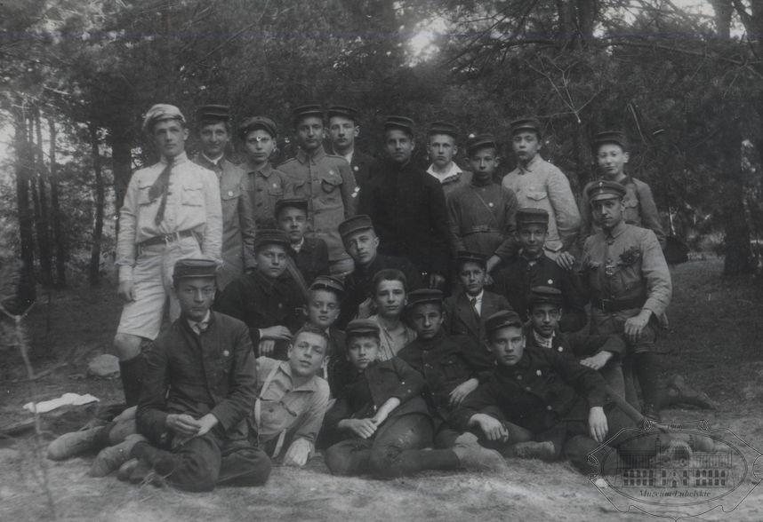 Czarno-biała fotografia grupy chłopców w harcerskich mundurach