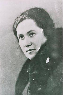 Czarno-biała fotografia twarzy młodej, ciemnowłosej kobiety