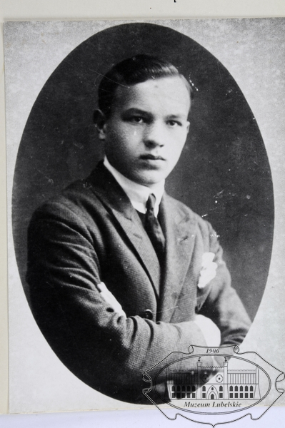 Fotografia młodego mężczyzny w garniturze