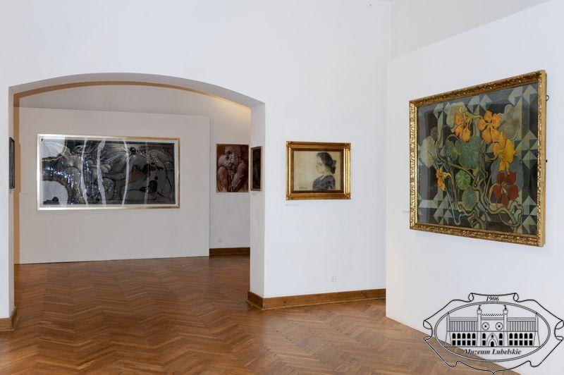 Widok sali wystawowej z obrazami