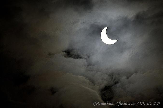 Zdjęcie półksiężyca w chmurach