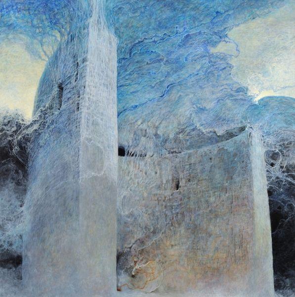 Obraz utrzymany w kolorach białym i niebieskim, fragment tajemniczej budowli pokrytej mgłą bądź chmurami