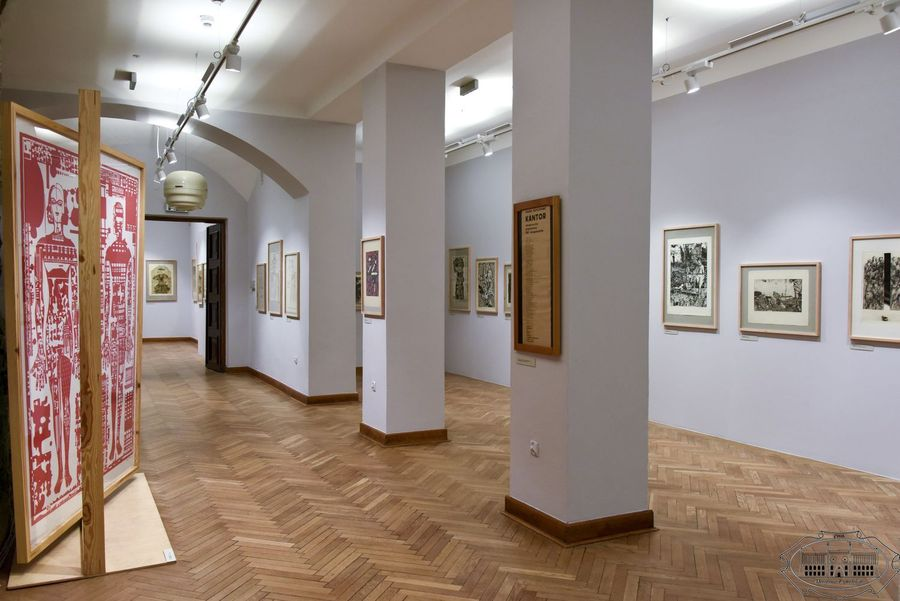 Widok na salę wystawową. Na ścianach wiszą grafiki z kolekcji Tadeusza Mysłowskiego i Ireny Hochman.
