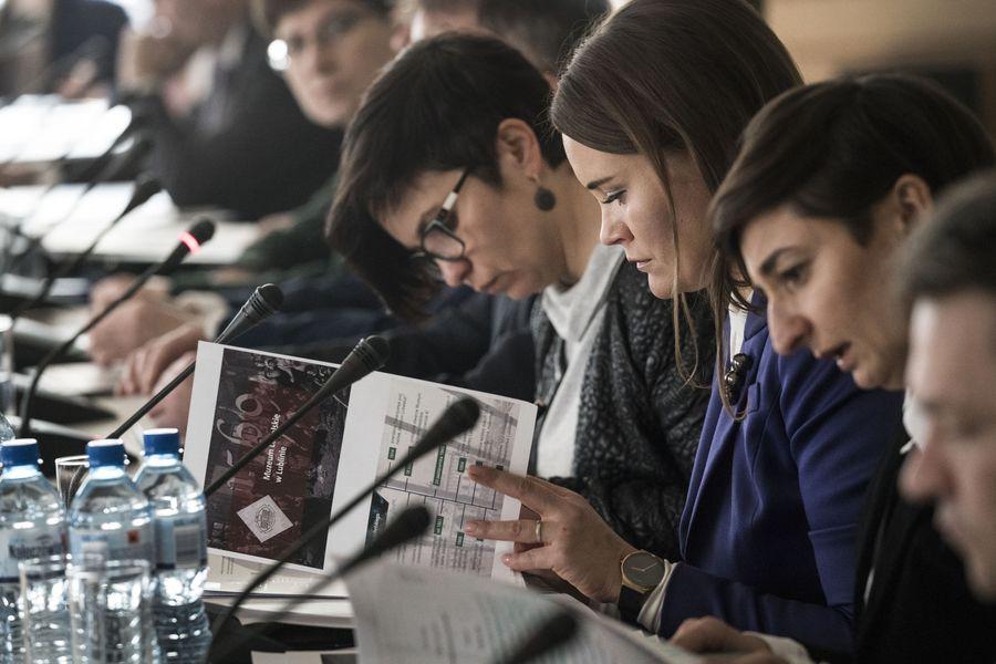 Zbliżenie na Dyrektor Katarzynę Mieczkowską spoglądającą w notatki, obok inni członkowie Rady.