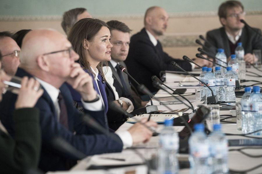 Zbliżenie na Dyrektor Katarzynę Mieczkowską, która przemawia do mikrofonu.