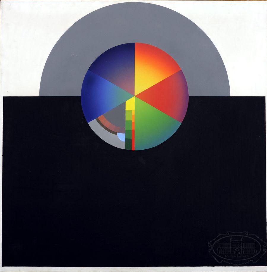 Obraz abstrakcyjny; w centrum koło podzielone na różnokolorowe, równe części (6), górna część obrazu biała, z szarym półkolem, na którym znajduje się centralne koło, dolna część czarna.