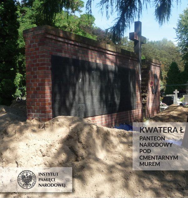 Zdjęcie ceglanego pomnika z tablicami, krzyżem i znakiem Polski Walczącej na cmentarzu. Napis: Kwatera Ł Panteon Narodowy pod cmentarnym murem. W lewym dolnym rogu logotyp IPN