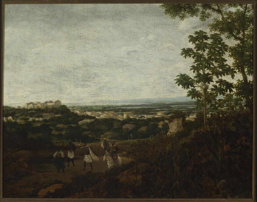 Obraz przedstawiający pejzaż w drewnianej ramie. Na pierwszym planie niewielkie postaci ludzkie. W tle widok miasta. Po prawej stronie drzewa. Większą część obrazu zajmuje zachmurzone niebo.