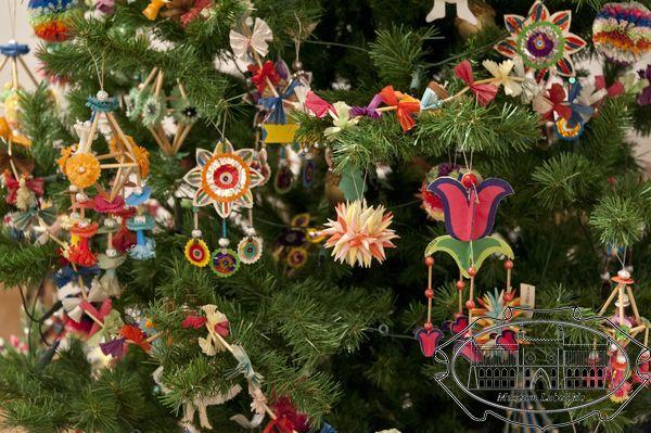 Zdjęcie ozdób choinkowych na iglastym drzewku - widok fragmentu choinki
