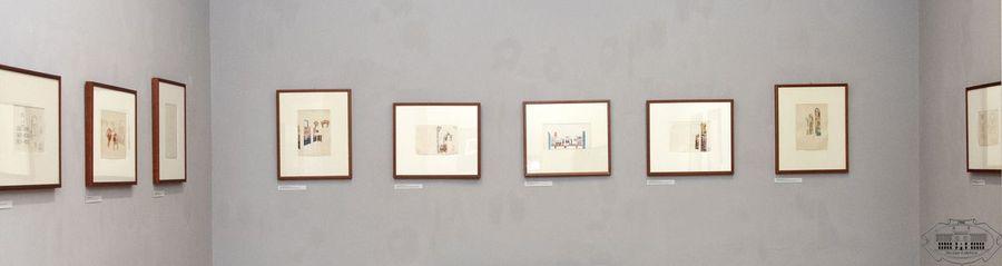 9 oprawionych grafik wiszących na białej ścianie