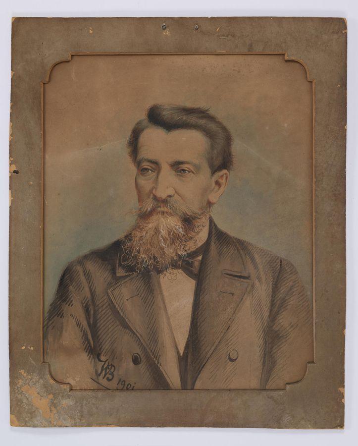 Portret mężczyzny w średnim wieku. Mężczyzna ubrany jest w płaszcz, na szyi nosi muszkę. Spogląda w lewą stronę, ma wąsy i zwichrzoną brodę oraz krótkie włosy.