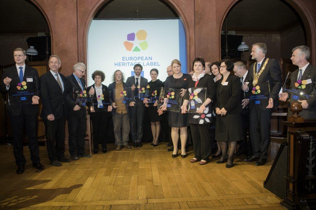 Kilkanaście osób pozuje do pamątkowego zdjęcia, w tym Dyrektor Katrzyna Mieczkowska.