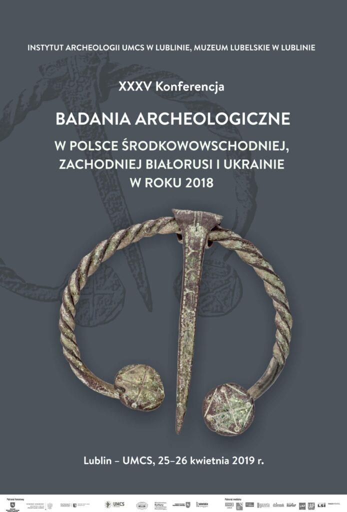 Plakat z informację o konferencji, w centrum zdjęcie jednego z wykopalisk przypominającego ozdobę.